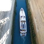 Un bateau dans le canal de Corinthe