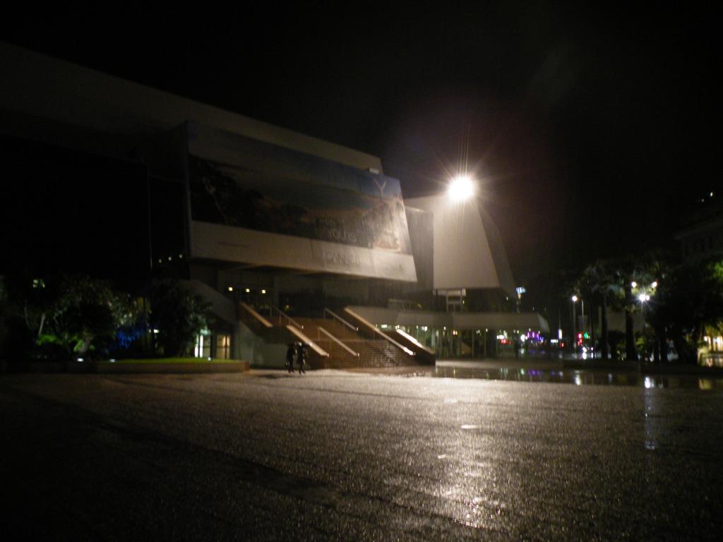 les palais des festivals by night et sous la pluie