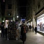 des vendeurs de masques à l'entrée du Rialto
