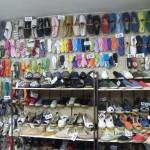 un magasin d'espadrilles